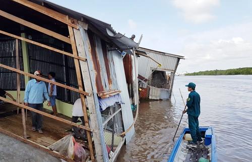 Hàng chục căn nhà bị tụt xuống sông ở miền Tây - ảnh 1
