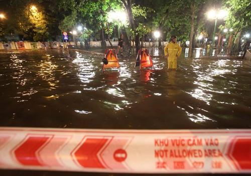 Mưa to, đến khu vực hồ Hoàn Kiếm cũng ngập sâu - ảnh 2