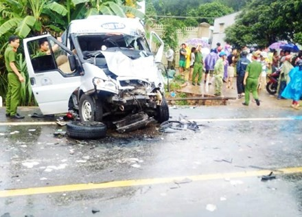 Hai xe khách đâm nhau kinh hoàng, 14 người thương vong - ảnh 1