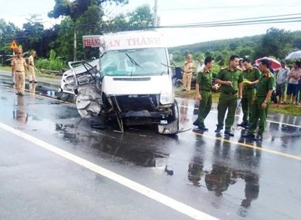 Hai xe khách đâm nhau kinh hoàng, 14 người thương vong - ảnh 2