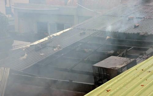 Nhà ở Sài Gòn cháy nghi ngút, hàng trăm người náo loạn - ảnh 1