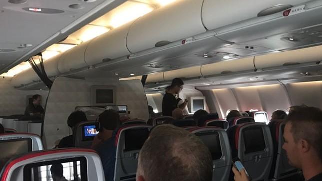 Bão ập vào Hong Kong, khách bay 'mắc kẹt như vịt' trên đường băng - ảnh 1