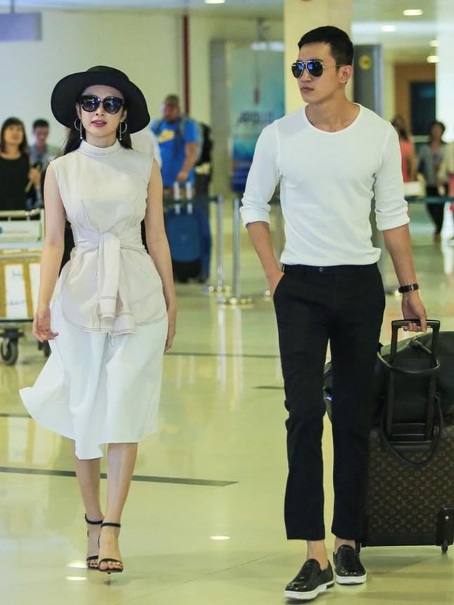 Angela Phương Trinh thân mật với bạn trai Võ Cảnh ở sân bay - ảnh 1