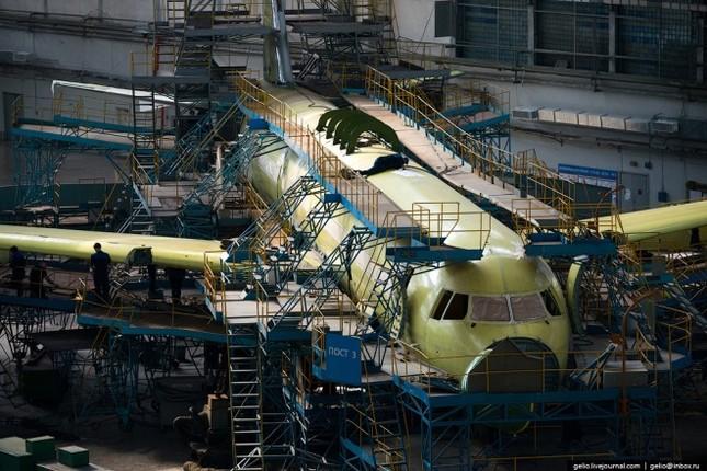 Bên trong nhà máy chế tạo oanh tạc cơ 'Thiên nga trắng' - ảnh 10