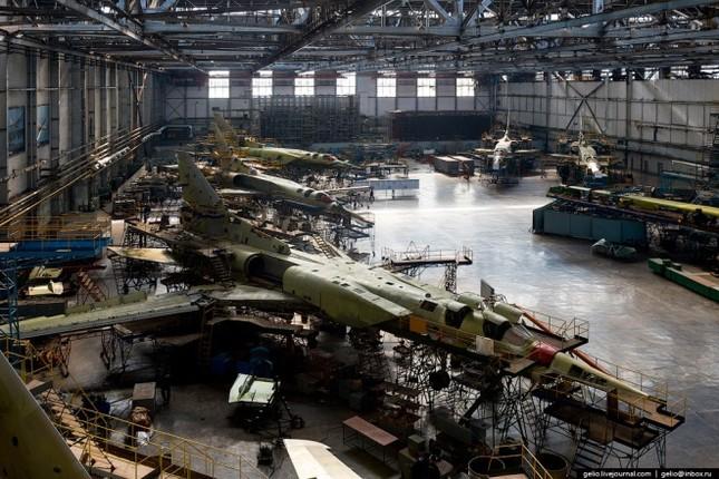 Bên trong nhà máy chế tạo oanh tạc cơ 'Thiên nga trắng' - ảnh 8