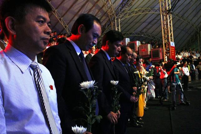 Thắp nến hoa đăng tưởng niệm nạn nhân tử vong vì tai nạn giao thông - ảnh 1