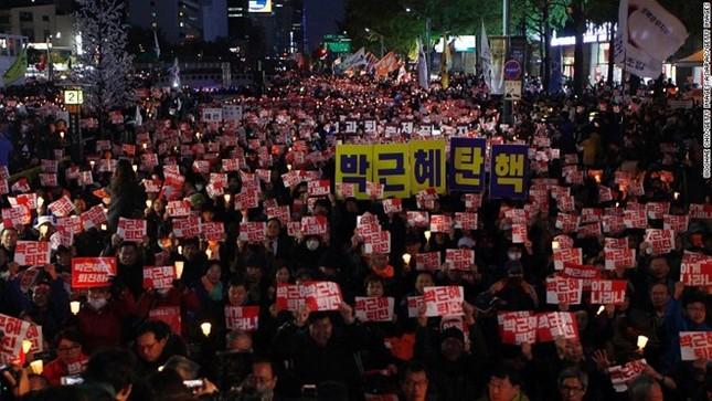Vì sao Tổng thống Hàn Quốc không từ chức? - ảnh 1