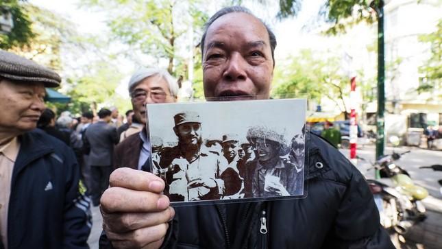 Người Hà Nội xếp hàng dài viếng Chủ tịch Fidel Castro - ảnh 3