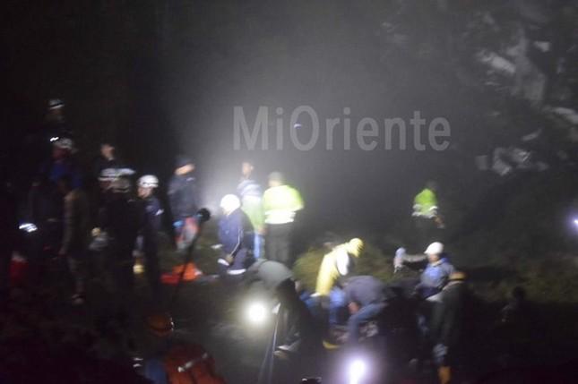 Hiện trường ngổn ngang nơi máy bay chở cầu thủ Brazil rơi - ảnh 1