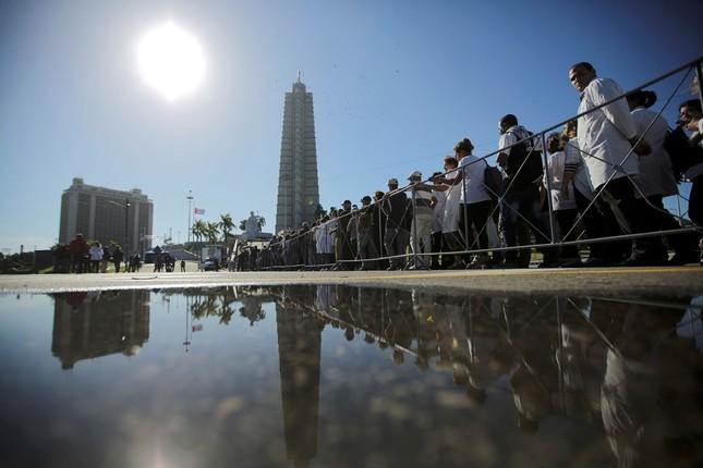 Hàng trăm nghìn người đợi vào tiễn biệt lãnh tụ Fidel Castro - ảnh 3