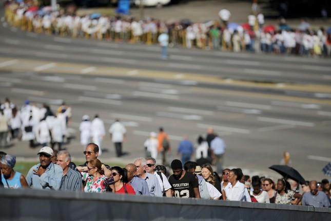Hàng trăm nghìn người đợi vào tiễn biệt lãnh tụ Fidel Castro - ảnh 4
