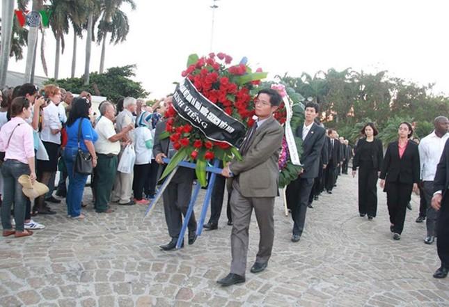 Bà Nguyễn Thị Kim Ngân viếng lãnh tụ Fidel Castro ở Havana - ảnh 1