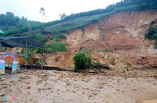 Mưa lũ kèm theo lốc xoáy gây hỏng nhiều nhà dân Quảng Ngãi - ảnh 1