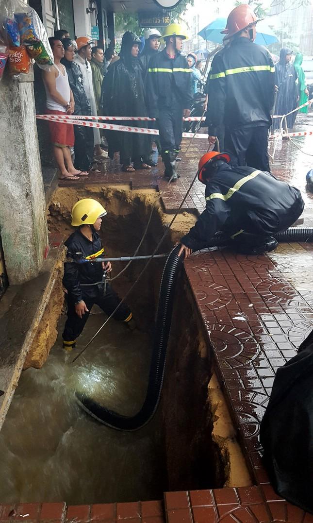 Hàm ếch khổng lồ đe dọa nhiều căn nhà ở Quy Nhơn - ảnh 1