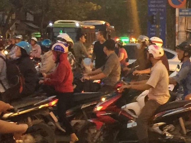 Tuấn Hưng giải cứu tắc đường trên phố Sài Gòn - ảnh 2