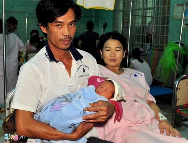 Hy hữu sản phụ sinh con giữa nước lũ khi ghe bị lật - ảnh 2