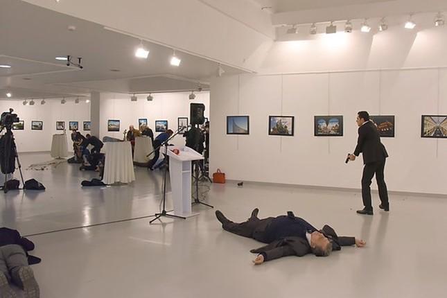 Giây phút phóng viên AP đối diện kẻ bắn chết đại sứ Nga - ảnh 2