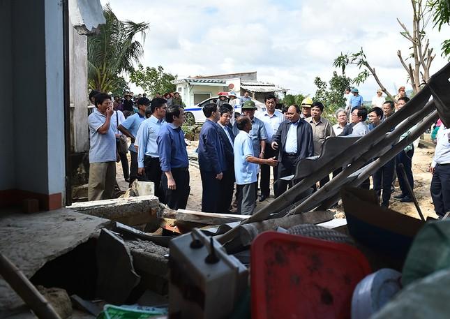 Thủ tướng Nguyễn Xuân Phúc thị sát vùng lũ Bình Định - ảnh 1