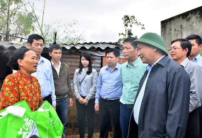 Thủ tướng Nguyễn Xuân Phúc thị sát vùng lũ Bình Định - ảnh 2