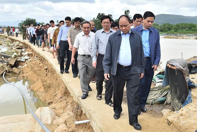 Thủ tướng Nguyễn Xuân Phúc thị sát vùng lũ Bình Định - ảnh 4