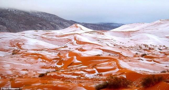 Tuyết lại rơi ở sa mạc Sahara sau gần 40 năm - ảnh 1