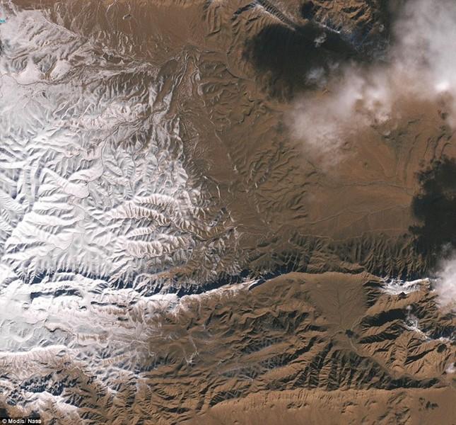 Tuyết rơi ở sa mạc Sahara nhìn từ vũ trụ - ảnh 1