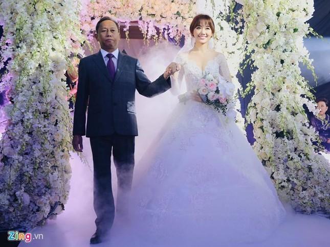 Trấn Thành và Hari Won ôm nhau khóc trong lễ cưới - ảnh 1