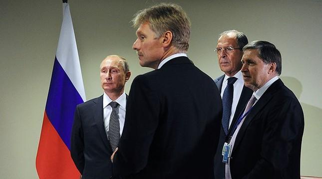 Mỹ trục xuất 35 nhà ngoại giao Nga, áp đặt trừng phạt mạnh - ảnh 1