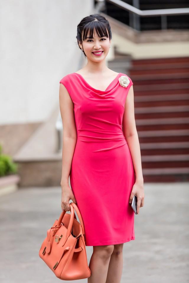 Hoa hậu Thu Thuỷ đẹp rực rỡ trong vai trò MC Thời sự - ảnh 1