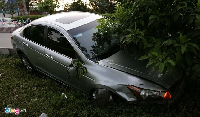 Ôtô tông 8 xe máy ở Sài Gòn, nhiều người bị thương nặng - ảnh 1