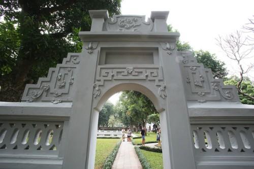 Ý kiến trái chiều việc quét vôi di tích, trang trí đường phố Hà Nội - ảnh 1