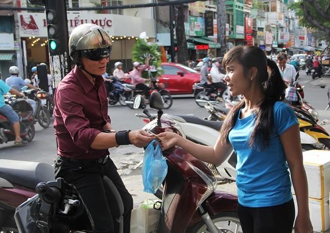 Dân Sài Gòn bắt đầu đổ xô mua cá chép phóng sinh - ảnh 1