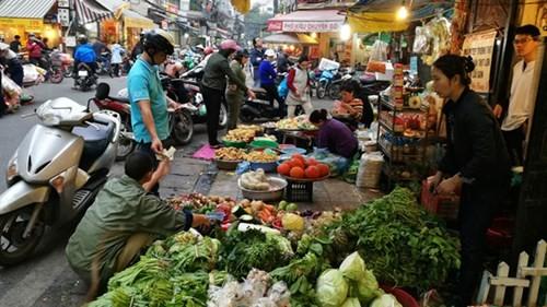 Sắm Tết ở 'chợ nhà giàu' giữa phố cổ Hà Nội - ảnh 1