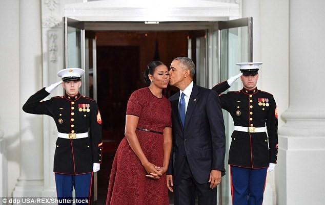 Vợ chồng ông Trump, Obama thể hiện gì qua ngôn ngữ cơ thể? - ảnh 1