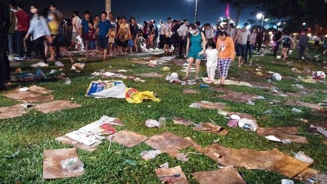 Tìm đủ cách dẹp nạn xả rác, tiểu bậy ở Sài Gòn - ảnh 1