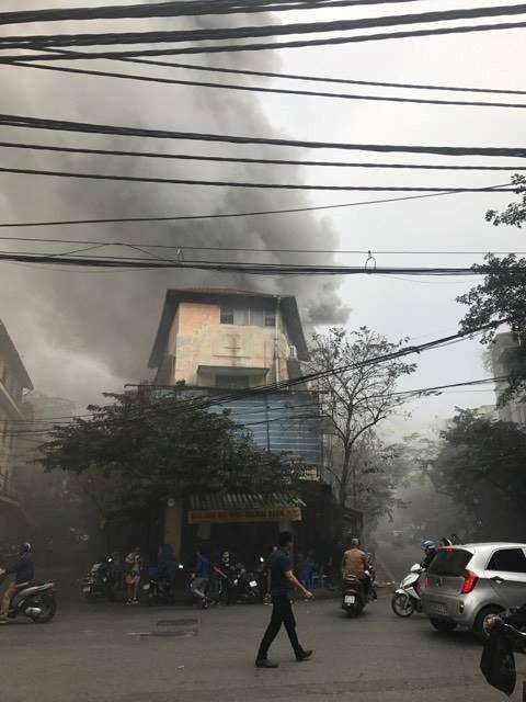 Cháy lớn ở phố Bát Đàn, khói đen kín trời - ảnh 1