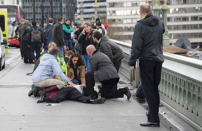 Nổ súng ngoài tòa nhà Nghị viện Anh, 5 người chết - ảnh 1