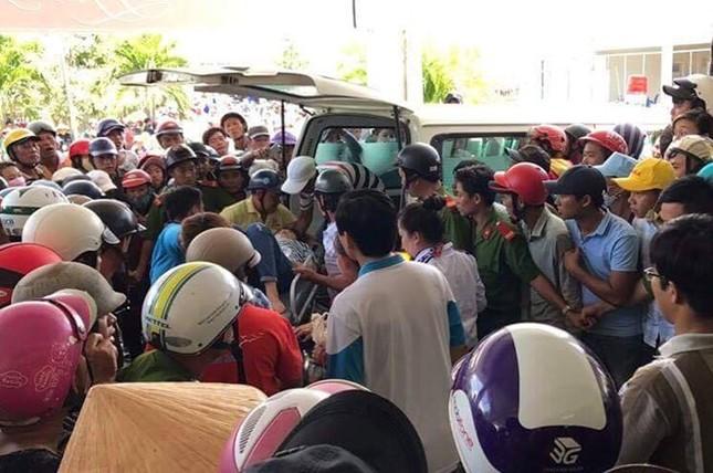 Phút tàu lật hất 40 người xuống sông Gành Hào - ảnh 1