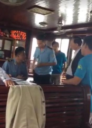 Đoàn khách 22 người bị giữ trên vịnh Hạ Long - ảnh 1