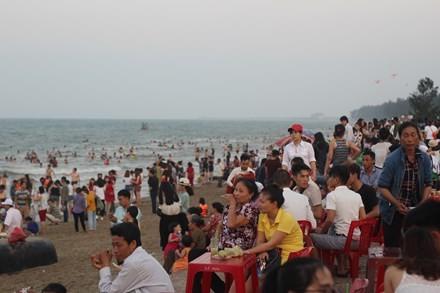 Biển Cửa Lò đón hơn 15 vạn du khách trong 4 ngày nghỉ lễ - ảnh 1