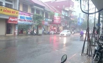 Nhiều đường ở Hà Nội ngập nặng, ùn tắc sau cơn mưa lớn - ảnh 1