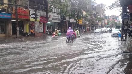 Nhiều đường ở Hà Nội ngập nặng, ùn tắc sau cơn mưa lớn - ảnh 2