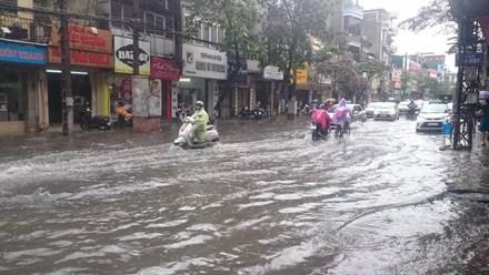 Nhiều đường ở Hà Nội ngập nặng, ùn tắc sau cơn mưa lớn - ảnh 3