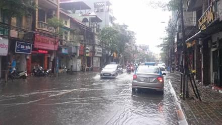 Nhiều đường ở Hà Nội ngập nặng, ùn tắc sau cơn mưa lớn - ảnh 4