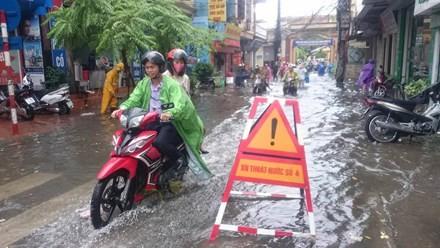 Nhiều đường ở Hà Nội ngập nặng, ùn tắc sau cơn mưa lớn - ảnh 5