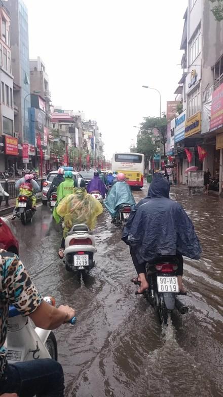 Nhiều đường ở Hà Nội ngập nặng, ùn tắc sau cơn mưa lớn - ảnh 6