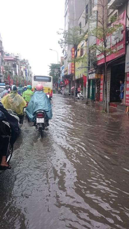 Nhiều đường ở Hà Nội ngập nặng, ùn tắc sau cơn mưa lớn - ảnh 7