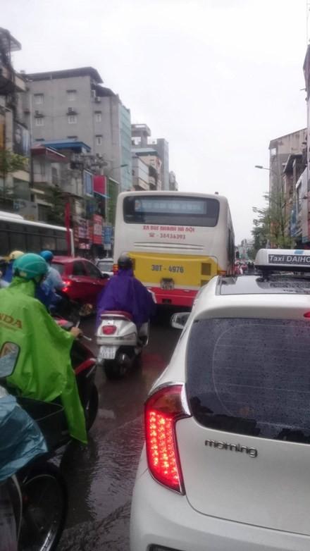 Nhiều đường ở Hà Nội ngập nặng, ùn tắc sau cơn mưa lớn - ảnh 8