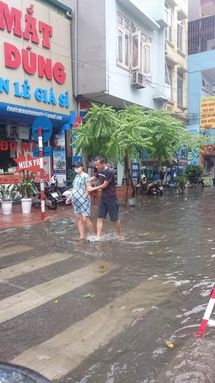 Nhiều đường ở Hà Nội ngập nặng, ùn tắc sau cơn mưa lớn - ảnh 9