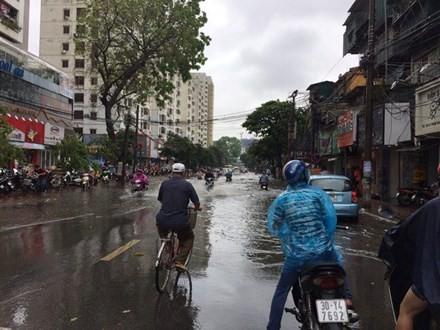 Nhiều đường ở Hà Nội ngập nặng, ùn tắc sau cơn mưa lớn - ảnh 10